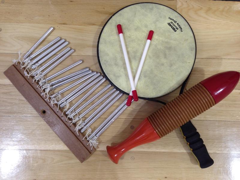 本日の親子活動、「楽器に触れる」